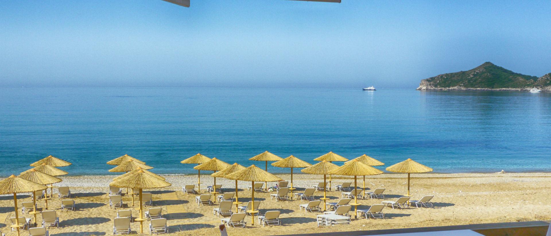 H παραλία Αγίου Γεωργίου Πάγων θεωρείται ως η ομορφότερη του νησιού.